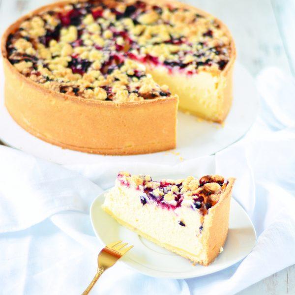 Topfenkuchen mit Beeren und Streusel
